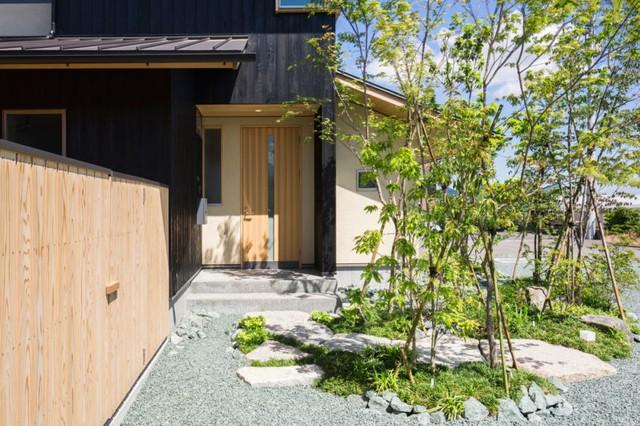 Trên qui mô 83m2, ngôi nhà được kiến trúc 2 tầng có không gian tầng 1 là không gian sinh hoạt chung. Khu vực nghỉ ngơi được đưa lên tầng 2 thoáng mát.