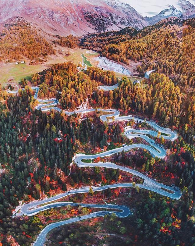 Đâu đó trên những dãy núi tại Thụy Sỹ, tầng cây lá xanh đã ngả dần sang màu đỏ và vàng.