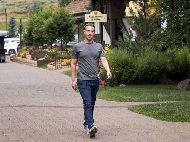 Hình ảnh của CEO Facebook gắn với chiếc áo phông màu xám, quần bò và giầy thể thao. Dù đơn giản, chúng lại được các thương hiệu xa xỉ thiết kế và có giá đắt hơn nhiều so với vẻ bề ngoài. Chúng có thể trị giá hàng trăm, thậm chí hàng ngàn USD.