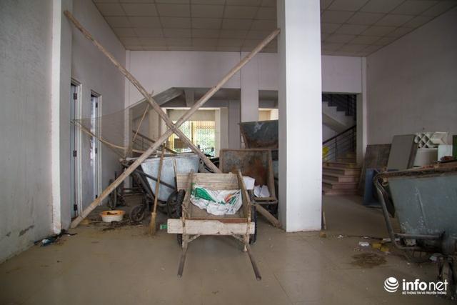 Do bị bỏ hoang nhiều năm nay nên nhiều khu vực của tòa nhà đã được trưng dụng cho những mục đích khác, thậm chí để xe thu rác