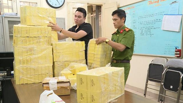 Cán bộ Phòng Cảnh sát Kinh tế kiểm tra số thuốc giả bị thu giữ.