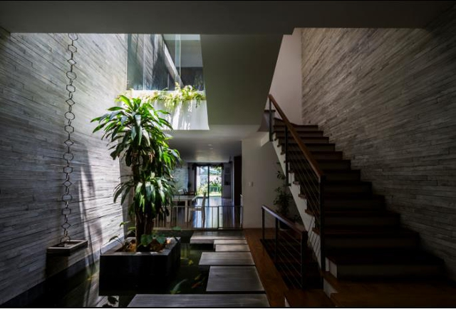 Nằm ngay ở vị trí trung tâm ồn ào của thành phố Đà nẵng nhưng khi bước vào bên trong ngôi nhà này bạn hoàn toàn có cảm giác yên tĩnh, thư thái vô cùng.