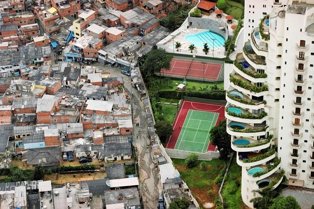 Ranh giới ở giàu nghèo ở thành phố Thiên Đường (Paradise City) tại Brazil.