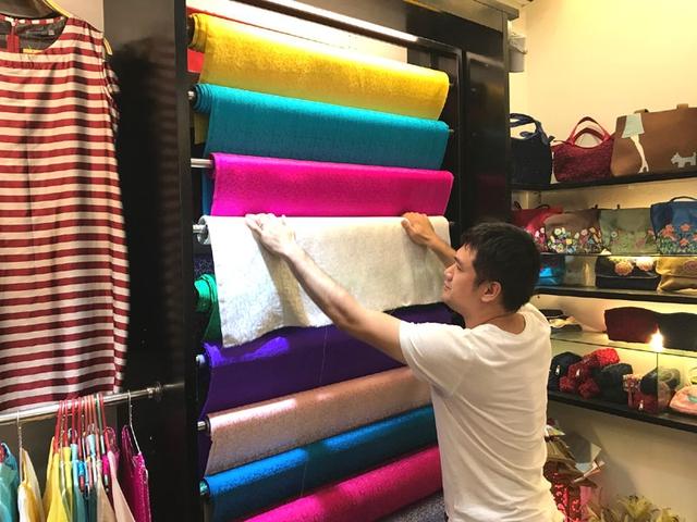 Nhiều người kinh doanh lụa Việt tại làng Vạn Phúc cho rằngkiểu buôn gian bán lận của Khaisilk sẽ khiến thương hiệu lụa Việt bị tổn thương sâu sắc