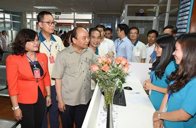 Thủ tướng thăm phòng khám đa khoa dành cho công nhân. Ảnh: VGP