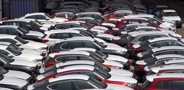 Rất nhiều chiếc xe BMW nằm dầm mưa dãi nắng tại cảng. Nguồn: Nguoiduatin.