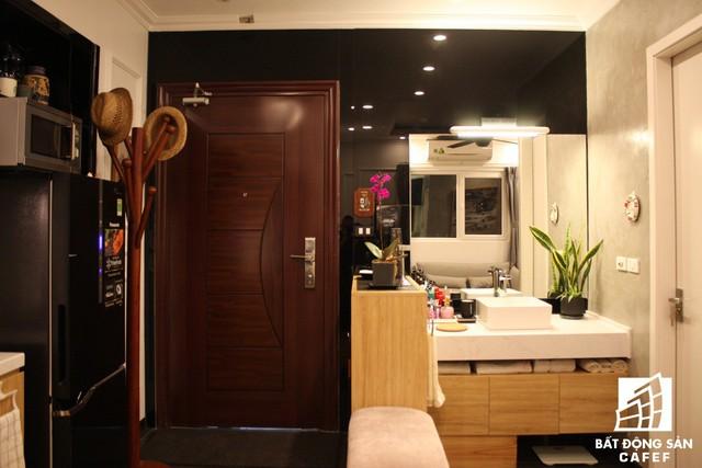 Khác với những căn hộ thông thường, anh Toàn chọn cách đưa khu vực chậu rửa ra bên ngoài tách biệt hoàn toàn với không gian phòng tắm và nhà vệ sinh.