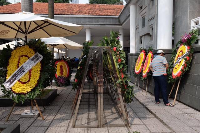 Nhiều cơ quan, tổ chức gửi vòng hoa đến chia buồn cùng gia đình khi viết tin cụ bà qua đời. Ảnh: Ngọc Thắng