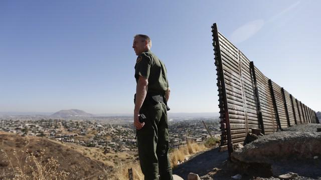 Những bức tường ở biên giới quốc gia chống người nhập cư như một lời từ chối với toàn cầu hóa