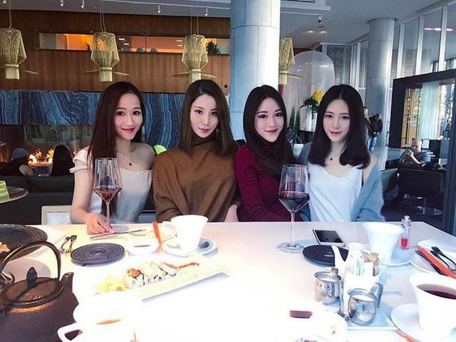 Hội các cô nàng châu Á siêu giàu ở Vancouver, Canada chính là nhịp cầu khiến Weymi ngày càng nổi tiếng hơn.