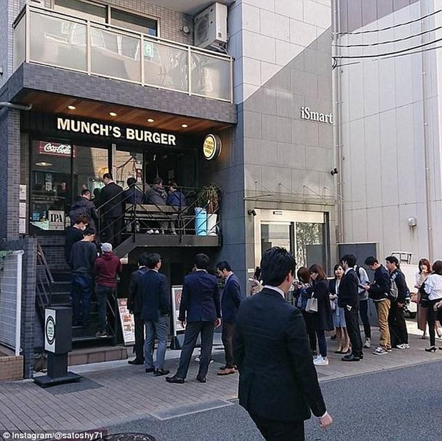 Rất nhiều người dân Tokyo đợi xếp hàng để được thưởng thức chiếc hamburger đặc biệt. Ảnh: Instagram