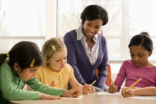 Họ không chỉ làm công việc dạy học mà còn là người đem đến cho các em những ước mơ, định hướng tương lai (Ảnh chỉ mang tính chất minh họa).