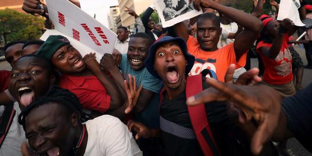 Người dân xuống đường ăn mừng sau khi ông Mugabe từ chức. Ảnh: Reuters