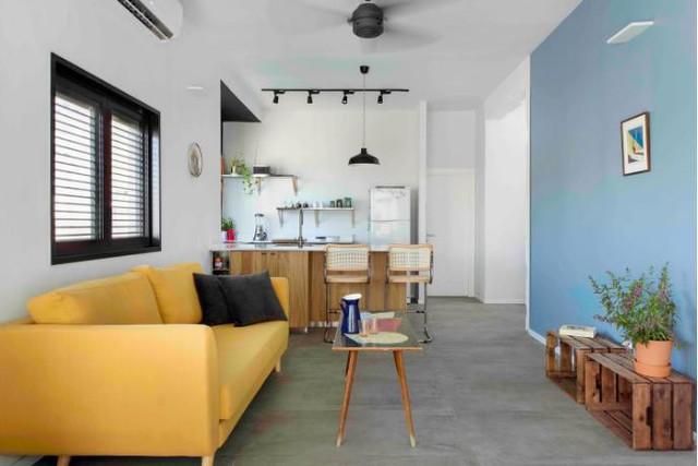 Trên diện tích 70m2, căn hộ được bố trí thành hai khu vực riêng biệt. Một bên là khu vực dành cho phòng ngủ và góc làm việc, một bên là phòng khách và bếp ăn.