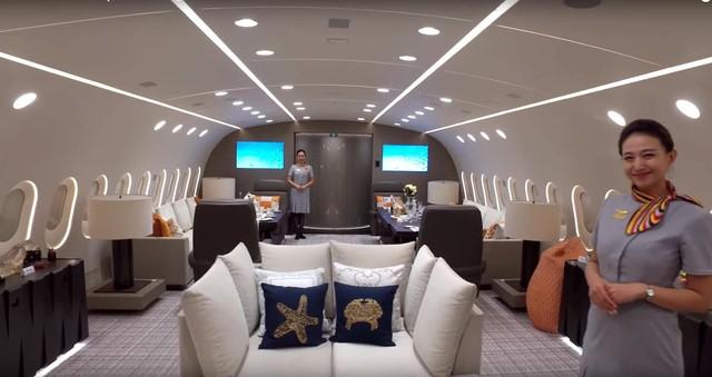 Phi hành đoàn trên máy bay đều là một số phi công, tiếp viên giỏi nhất, được doanh nghiệp mẹ Hainan Airlines Group tuyển chọn.