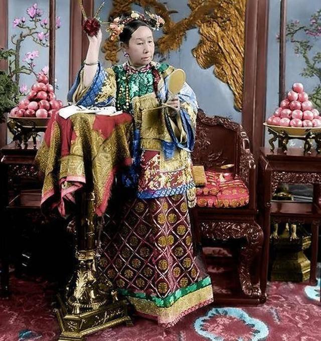 Hình ảnh được cho là chụp vào năm 1903, Từ Hi với mái tóc đặc trưng thời nhà Thanh với hai bên tóc được chẽ ra.