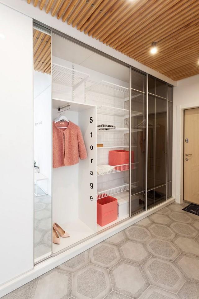 Lối vào nhà được kiến trúc tiện nghi và gọn gàng có hệ tủ kính âm tường làm không gian lưu trữ đồ tha hồ và tiện dụng cho cô chủ.