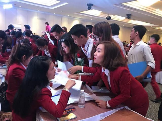 Các nhân viên sale của Alibaba chen lấn đặt cọc