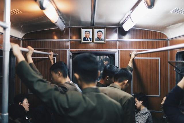 Quang cảnh trên tàu điện ngầm Triều Tiên. Ảnh: CNN/Elaine Li