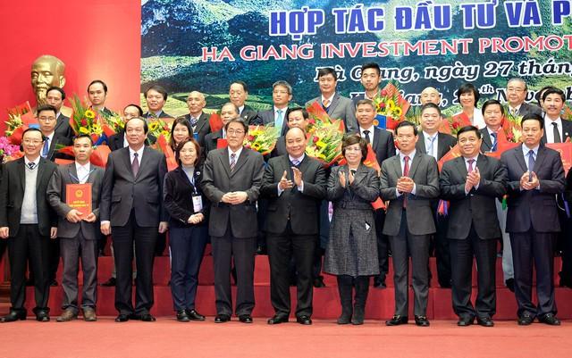Thủ tướng Nguyễn Xuân Phúc và các nhà đầu tư vào tỉnh Hà Giang - Ảnh: VGP/Quang Hiếu