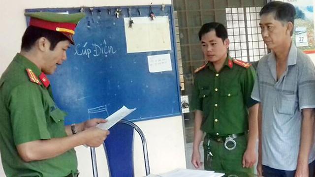 Công an đọc lệnh thực hiện bắt tạm giam ông Võ Văn Sen.