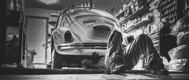 Người thợ sửa một chiếc Volkswagen Bettle.