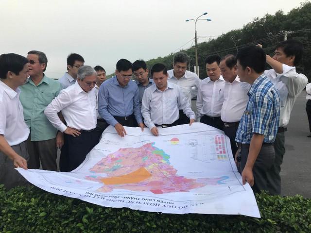 Bộ trưởng Bộ GTVT Nguyễn Văn Thể (áo trắng đứng giữa) kiểm tra dự án CHK Long Thành ngày 8/11