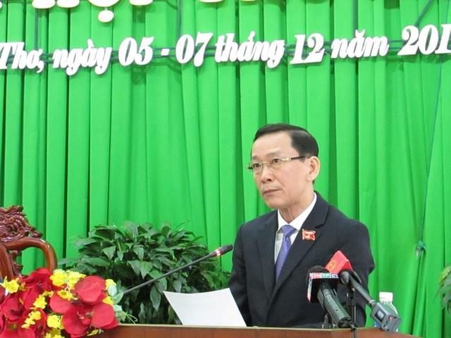 Chủ tịch UBND TP Cần Thơ Võ Thành Thống báo cáo kết quả thực hiện nghị quyết của HĐND TP tại phiên khai mạc ngày 5-12. Ảnh: NN