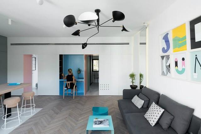 '' Phòng khách và bếp được thiết kế chung một không gian mở rộng thoáng. Lấy tông màu trắng chủ đạo khu vực sinh hoạt chung được tô điểm bằng rất nhiều màu sắc nổi bật tạo không khí vui tươi và hút mắt người nhìn. ''