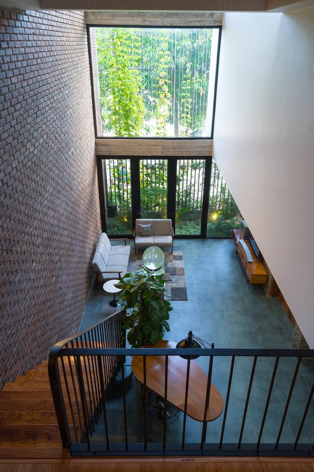 Trên tổng diện tích 133m2, ngôi nhà được thiết kế 3 tầng với không gian tầng 1 là phòng khách, bếp, bàn ăn, khu vệ sinh và một phòng ngủ rộng. Trên tầng 2,3 là không gian dành cho khu vực nghỉ ngơi và phòng thờ.