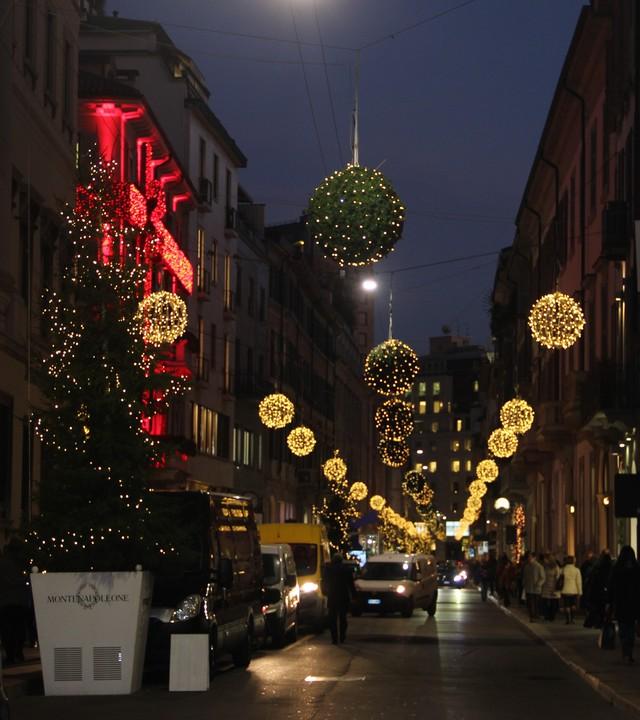 Giáng sinh về trên một con phố nhỏ tại Italy.