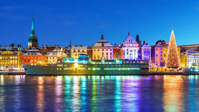 Stockholm, Thụy Điển, là một thành phố nổi tiếng với màu sắc sặc sỡ trên các tòa nhà, màu đỏ tươi, màu vàng và cam rất nổi bật.