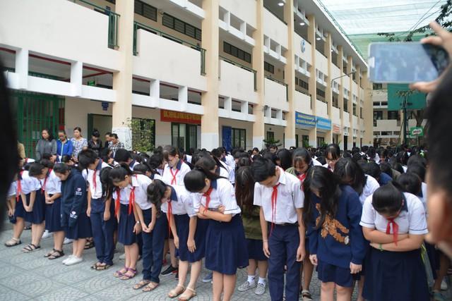 Hình ảnh tiễn thầy gây xúc động của học sinh trường THCS Trần Phú.