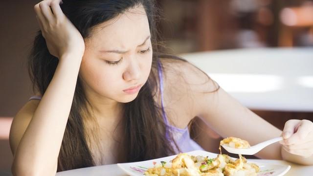 Cách phân biệt các triệu chứng viêm loét dạ dày và ung thư dạ dày mà nhiều người đang nhầm lẫn - Ảnh 3.