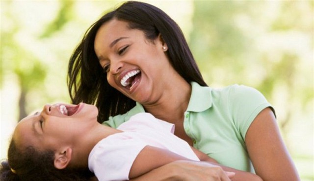 Tiếng cười giúp giải phóng endorphins, mang lại tâm trạng vui vẻ.