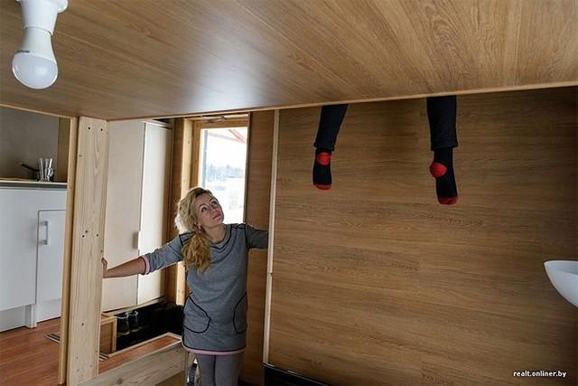 Nhờ sử dụng hầu hết nội thất gỗ nên ngôi nhà lúc nào cũng sạch sẽ và ấm cúng.