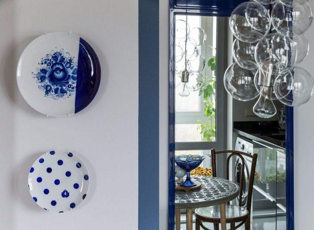 Chiếc đèn nơi bàn ăn như một chùm bong bóng lạ mắt hay những chiếc đĩa cổ treo tường là những vật trang trí khác lạ trong căn hộ này.