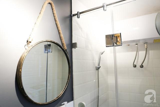 Phòng tắm nhỏ nhưng không kém phần phong cách.