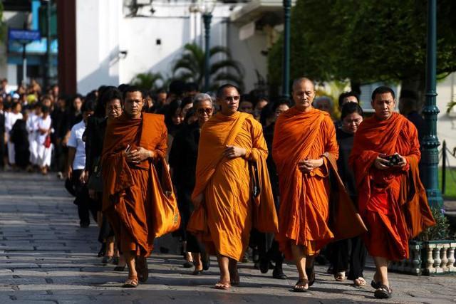 Những nhà sư xếp hàng trước cửa Cung điện tại thủ đô Bangkok.