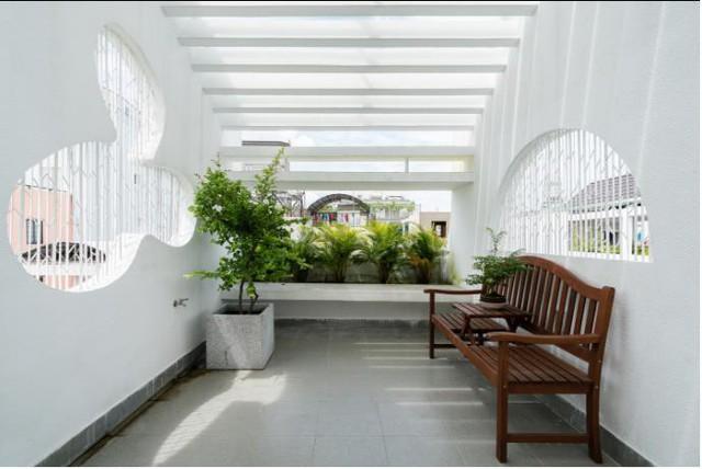 Nơi đó được kiến trúc thông thoáng và trồng nhiều cây xanh.