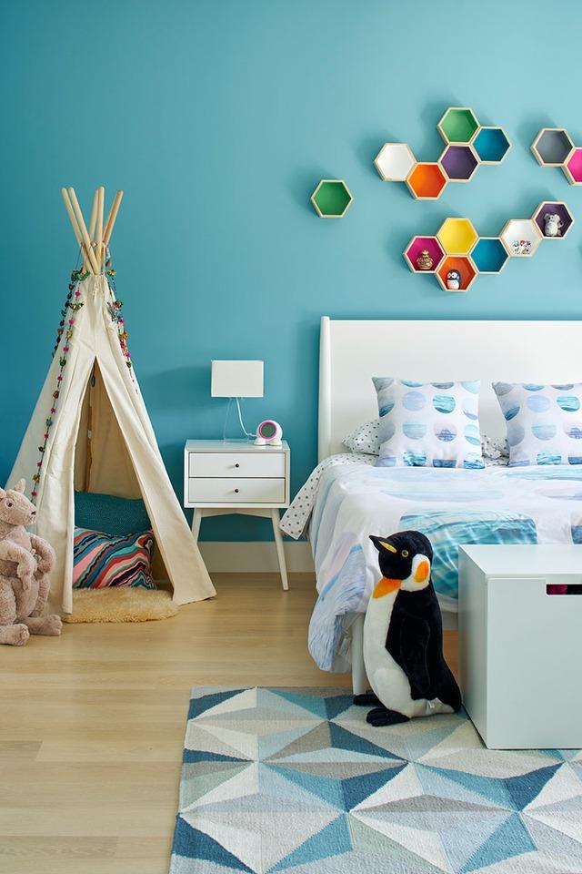 Kiểu kiến trúc độc đáo với tông màu xanh và những hình lục giác cũng được đưa vào phòng ngủ của chủ nhà.