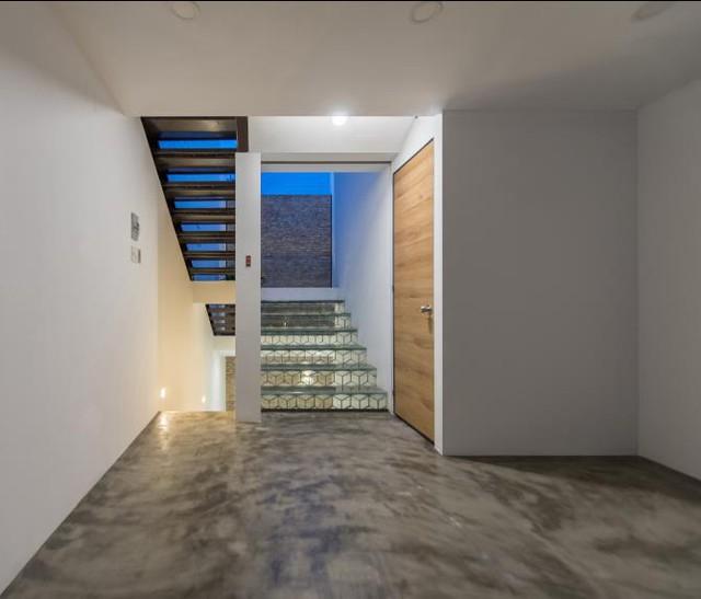 Không lát gạch hoa hay ốp gỗ như các tầng khác, sàn nhà tầng trên cùng được láng xi măng bóng loáng.