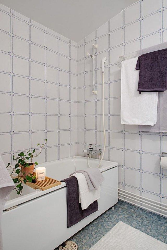 Nhà tắm thoáng sáng và hiện đại với bồn tắm.