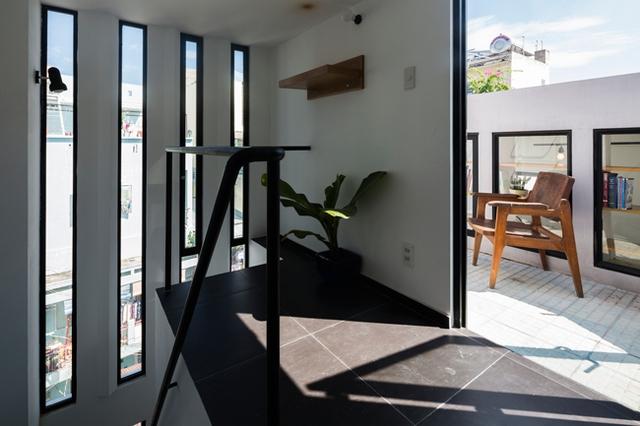 Dù diện tích rất nhỏ nhưng ngôi nhà không hề thiếu bất kỳ công năng nào, thậm chí có cả góc thư giãn ngoài trời vô cùng lý tưởng.