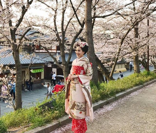 Nàng dâu nhà đại gia biến hóa đầy ấn tượng trong bộ kimono xứ Phù Tang.