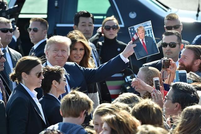 Vợ chồng Tổng thống Trump tới sân bay Yokota ở Tokyo, ngày 5/11. Đây là chặng đầu tiên trong chuyến công du châu Á của ông Trump.