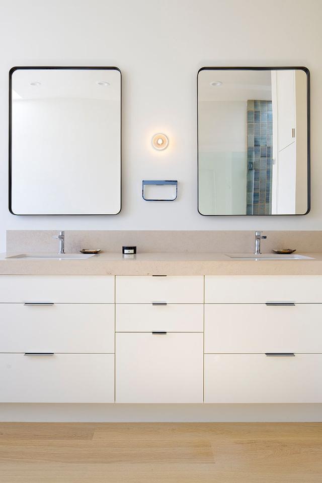 Bồn rửa tay tiện dụng với hệ thống tủ ngăn kéo phía dưới.