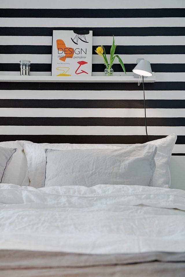 Kệ đầu giường làm nơi để đồ rất tiện cho chủ nhà.