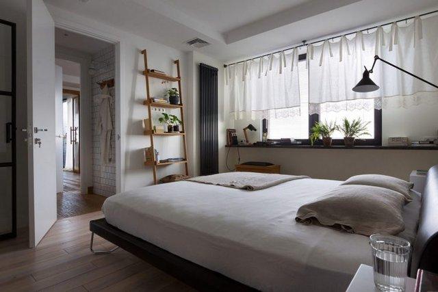Trên tông màu trắng chủ đáo, chiếc thang gỗ với những kệ trang trí là điểm nhấn bắt mắt cho góc nghỉ ngơi.