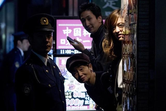 Người dân Nhật bên ngoài nhà hàng Ginza Ukai Tei dõi theo khi ông Trump và vợ dùng bữa tối tại đây với Thủ tướng Nhật Abe.